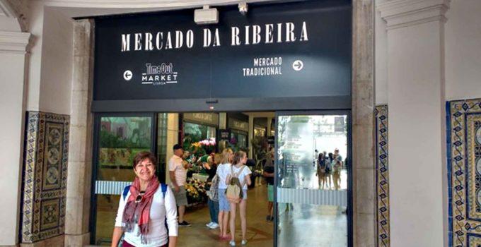 Gleidys diante do mercado da Ribeira em Lisboa