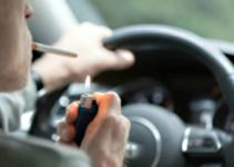 Fumar e dirigir dá multa