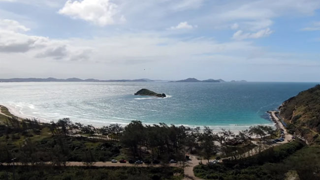 Praia e Ilha do Pontal, junto ao Camping Curió do Bico Doce em Arraial do Cabo
