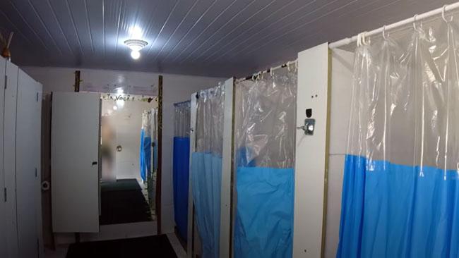 Bateria de banheiros, incluindo chuveiros e vasos sanitários para todos os gêneros