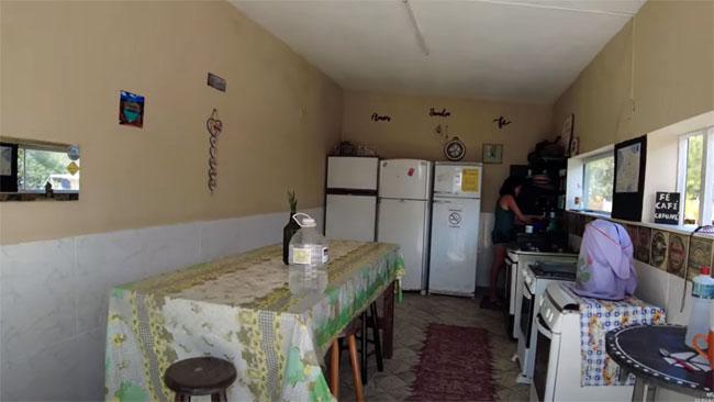 Cozinha comunitária muito bem equipada, para atender às necessidades dos campistas no armazenamento e no preparo dos alimentos.